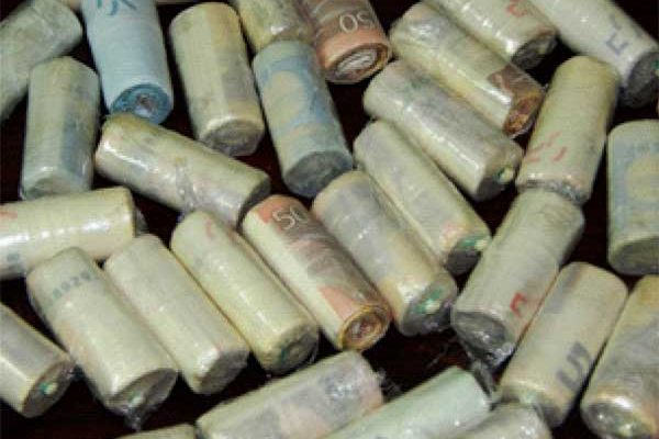 Image of the rolled up cash expelled by Reyes