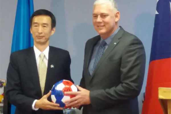 Image: A sign of goodwill between Ambassador Mou and Prime Minister Chastanet.