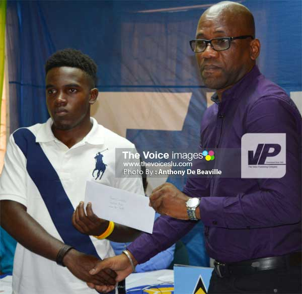 Image: Vizions Entertainment Edward Fedee presenting one of the recipients with his scholarship fun  (PHOTO: Anthony De Beaville)