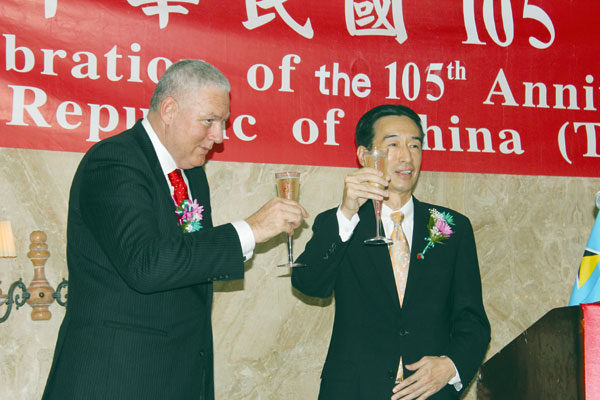 Image: Prime Minister Chastanet and Ambassador Mou toast Taiwan's National Day. (Photo by PhotoMike)