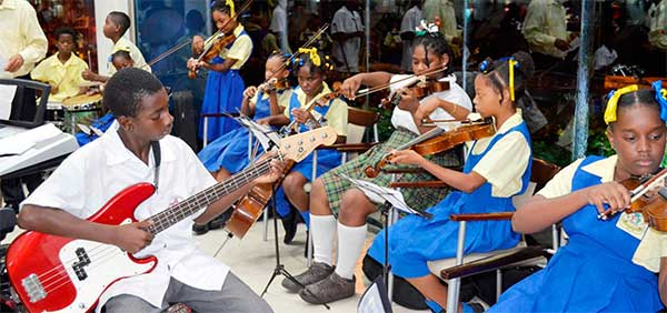 Image: Monchy Orchestra playing Christmas music.