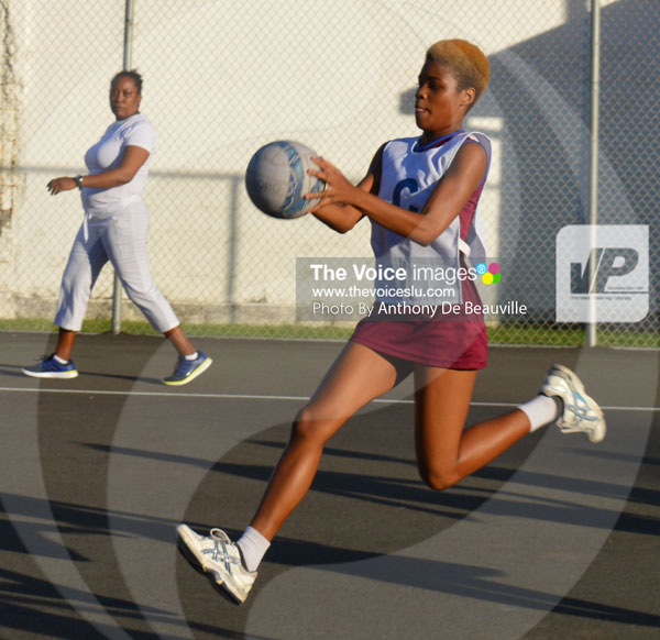 img : SALCC (GS) Lashawn Hyatt in search of a player/ SALCC ( C ) Zhane Williams in attacking mood in mid-court. (Photo: Anthony De Beauville)