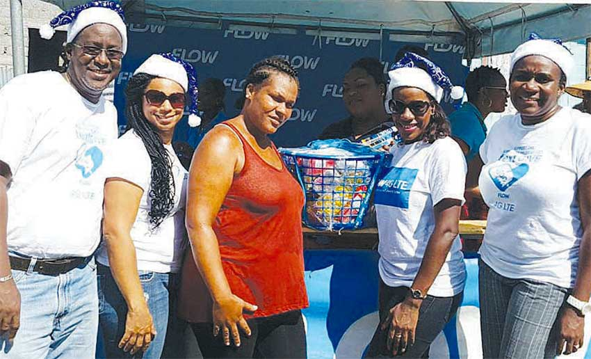 Image: Hampers were presented to needy families in the district of Canaries.
