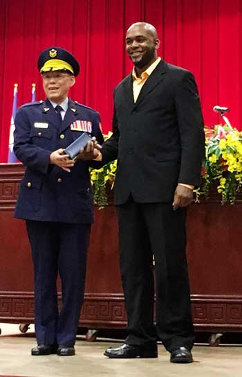 Image of Montelle Felix receiving his medal at an official award ceremony from the Commander in Chief of Central Police University for placing first (Photo: MF)