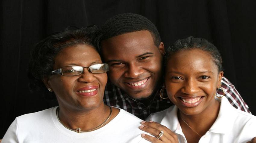 "img"" Botham his mom Allison Jean (left) and sister Allisa (credit Facebook)"
