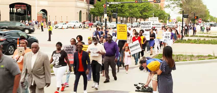 Image of marchers peacefully protesting Botham Shem Jean's killing