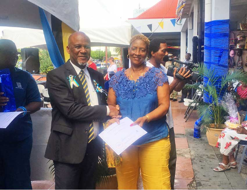 Image of Mayor Francis presenting an award to an outstanding vendor.