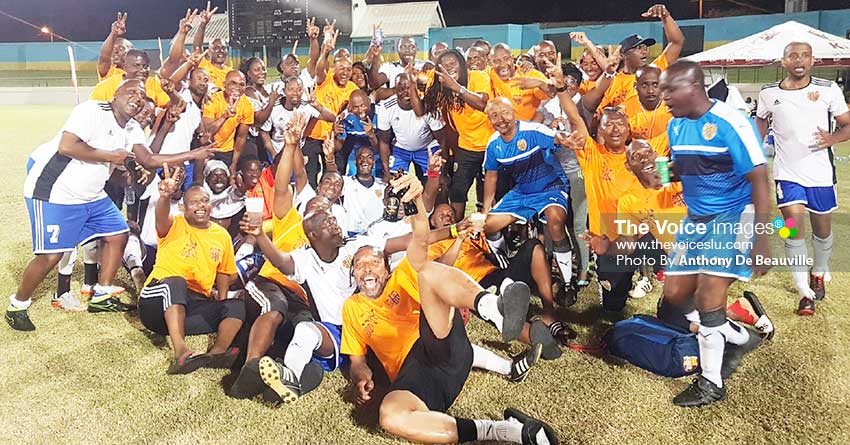 Image: One big melee celebration for Pele Masters (USA) 40 and 50 Plus champions. PHOTO: Anthony De Beauville)