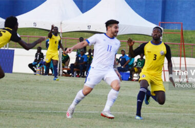 Image: El Salvador No. 11 Rodolfo Zelaya on the counter attack as Saint Lucia No. 15 Otev Lawrence and No. 3 Melvin Doxilly look to shut him out of play. (PHOTO: Anthony De Beauville)