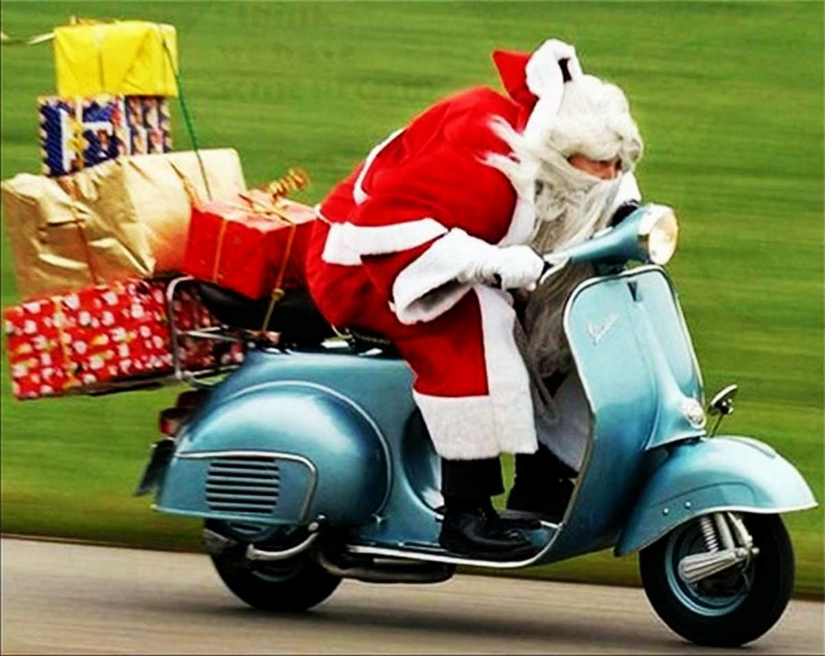 Santa searching for signposts on his way to Iyanola 759, but not via Hewanorra: looking more like on his way to Mopo via Derriso. (PHOTO Credit: santaimagesonline.com)